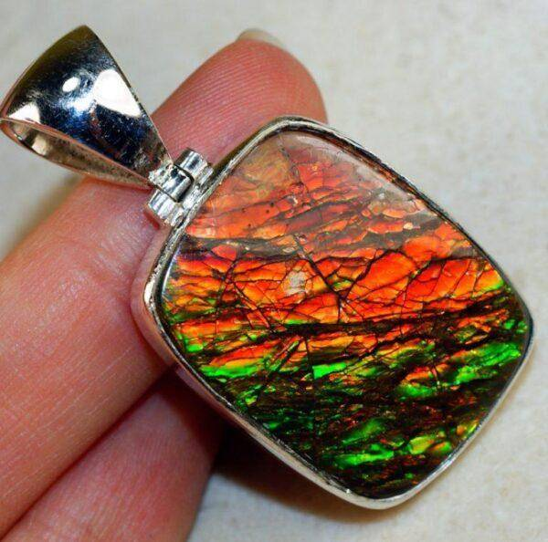 Аммолит: особенности его ношения, характеристики и свойства камня