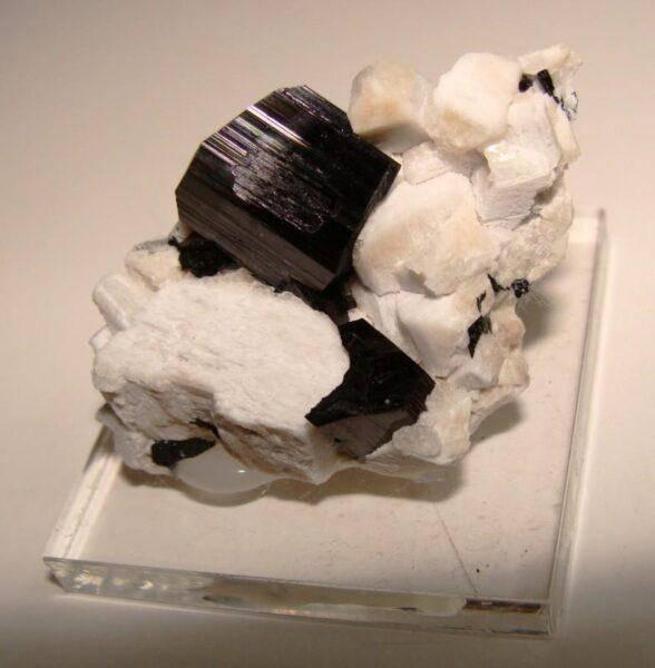 Арфведсонит: особенности его ношения, характеристики и свойства