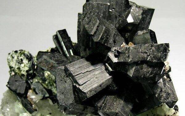Бабингтонит: полезные свойства камня, характеристики