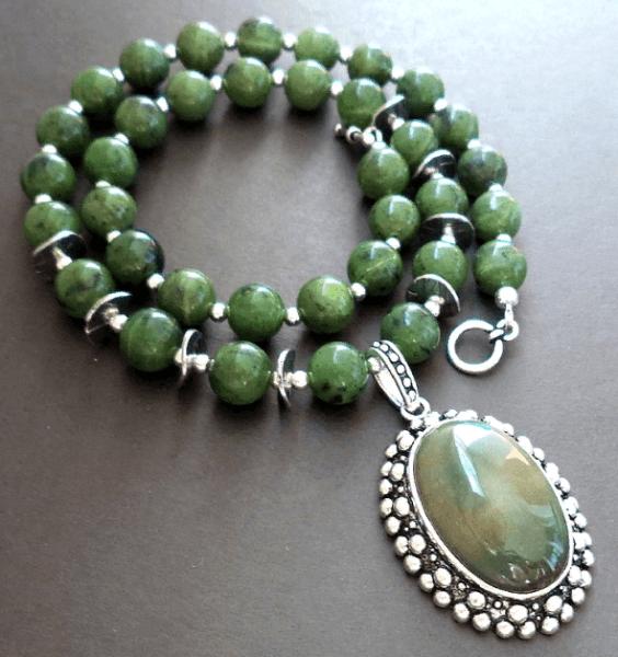 Боуэнит: магически свойства камня и основные характеристики