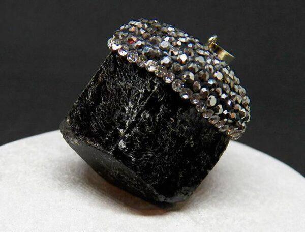 Черный турмалин: значения, свойства и особенности его ношения