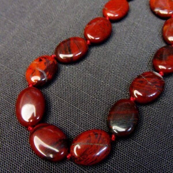 Красный Берилл: характеристики и полезные особенности камня