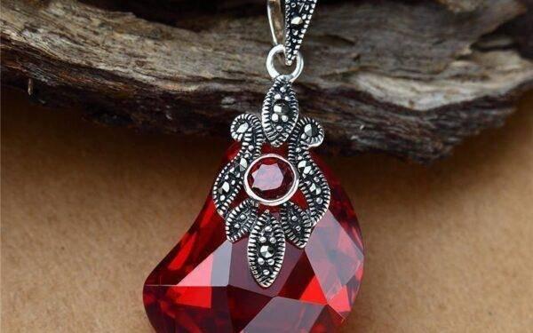 Кровавый камень: свойства и полезные качества камня