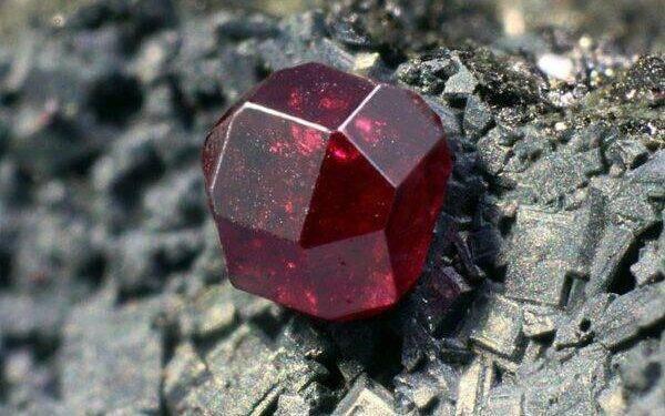 Куприт: особенности камня и основные характеристики