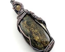 Кварц Амфиболит: свойства и особенности использования камня в повседневной жизни