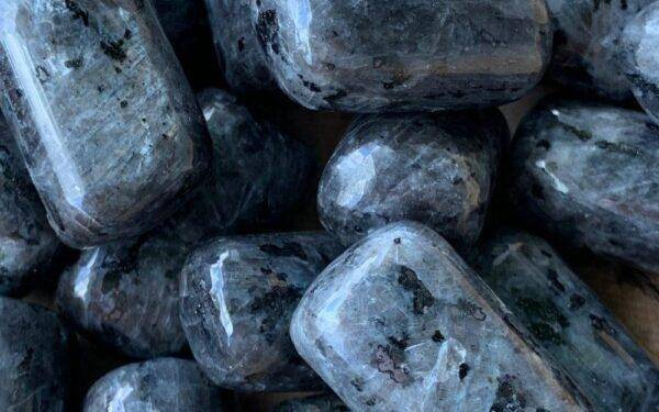 Ларвикит: полезные свойства и особенности его ношения