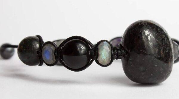 Нуумит: магически камень, свойства и характеристики