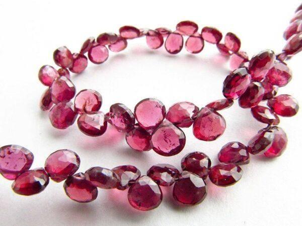 Красные кристаллы: значения, свойства и особенности его ношения