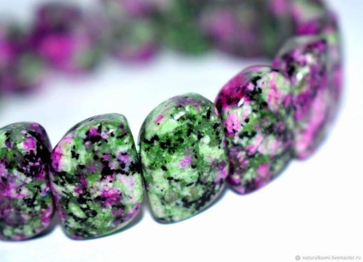 Рубиновый Цоизит: характеристики,свойства и особенности