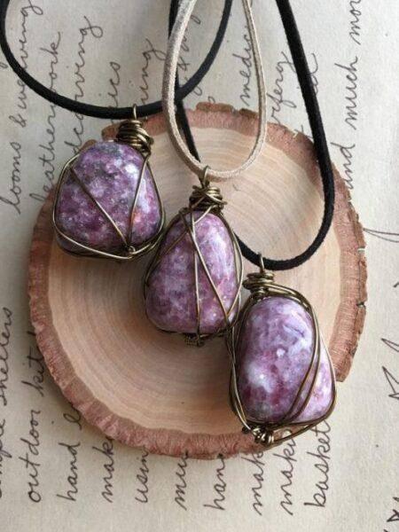 Лепидолит: магические и лечебные свойства камня, основные харарктеристики